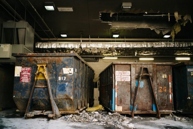 Dumpster_Zeiss35mm14zm_01